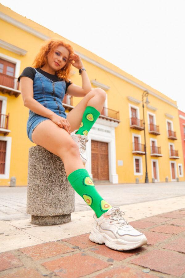 mujer joven calcetines de aguacate
