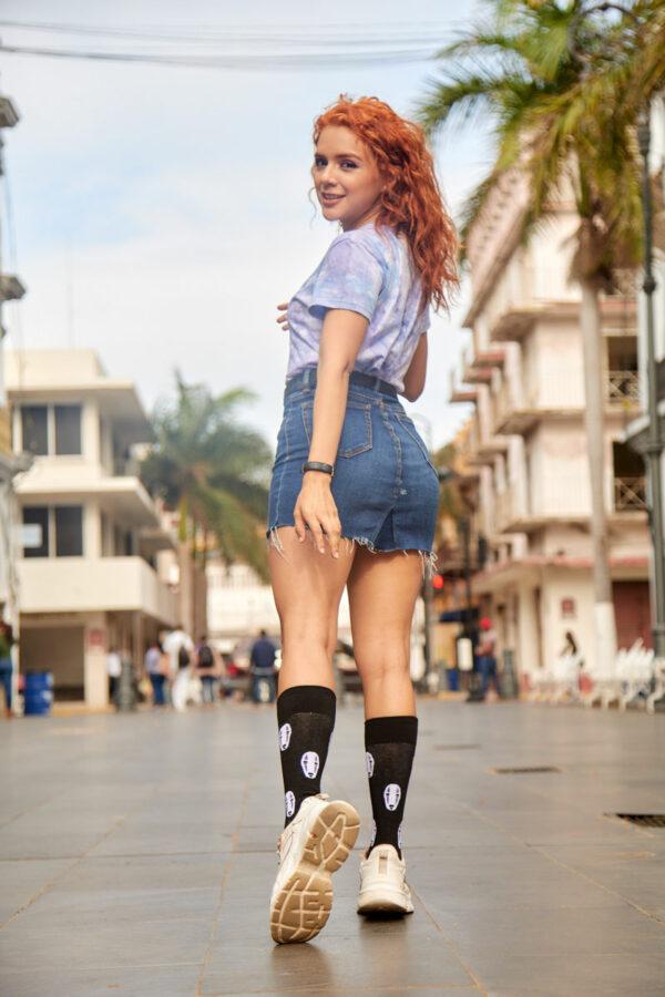mujer joven calcetines sin cara studio ghibli